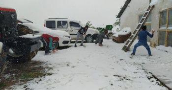 Bayramın tadını lapa lapa yağan kar altında kartopu oynayarak çıkarttılar