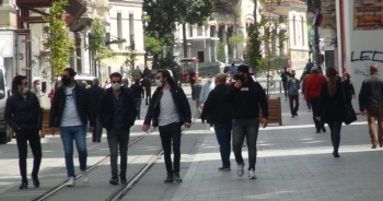Uyarılara rağmen İstiklal Caddesi yine kalabalık