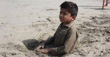 Çocuklarını kuma gömdüler