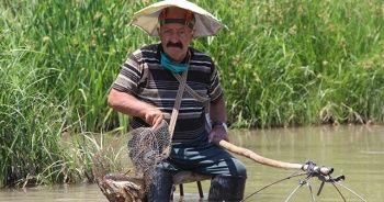 Yaşlı adam balık tutma yöntemiyle şaşırttı