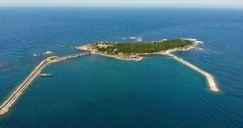 Denizin ortasındaki güzelliğiyle hayran bırakan adanın tek ailesi