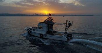 İstanbul Boğazında balıkçıların zorlu mesaisi