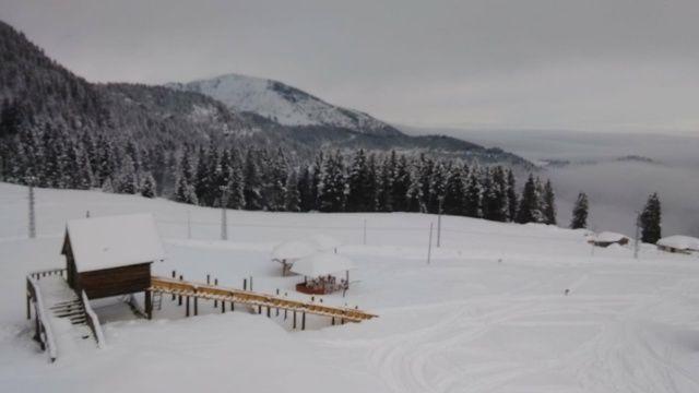 Kulakkaya Yaylası'na mevsimin ilk karı yağdı