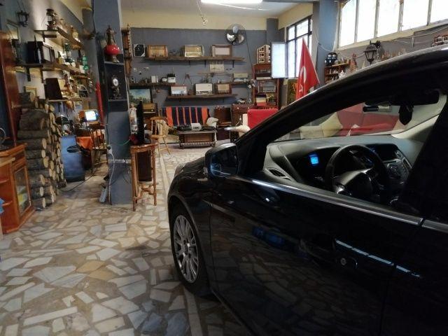 Antika müzesi gibi görünen otomobil garajı görenleri şaşkına çevirdi