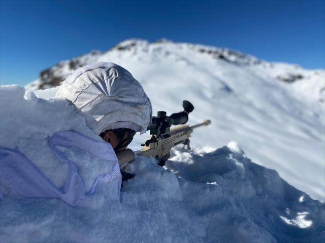 Üs bölgelerindeki kar kalınlığı 1,5 metreyi aştı