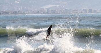 Fırtına sonrası dev dalgalar arasında sörf keyfi