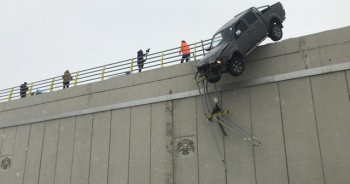Bariyerlere çarparak köprüde asılı kaldı