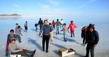 Donan göl çocuklara eğlence oldu