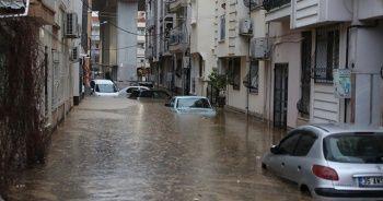 İzmir'i sel vurdu: Evden çıkmayın uyarısı
