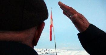 37 yıldır eşiyle bayrak nöbeti tutuyor
