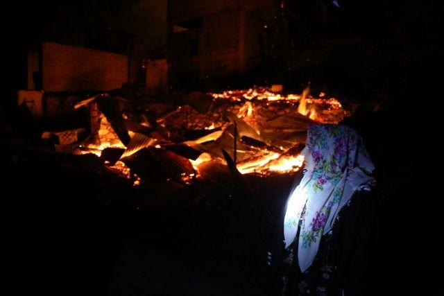 Evlerinin yanışını çaresizlik içinde izlediler