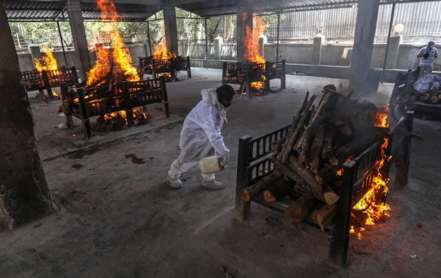 Hindistan'da koronadan ölenler toplu olarak yakıldı