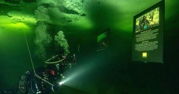 Buz tutan denizin altında fotoğraf sergisi