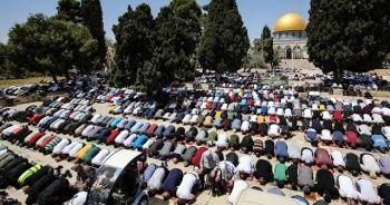 Mescid-i Aksa'da cumaya 60 bin kişi katıldı
