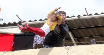Olmaz olsun böyle baba: Evladını çatıdan atmaya çalıştı