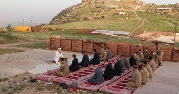 Mehmetçik bayram namazını üs bölgesinde kıldı