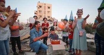 Oğlunun doğum gününü yıkılan evininin harabesi üstünde kutladı
