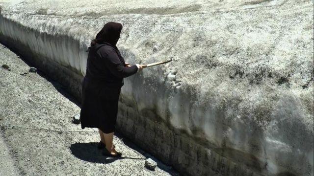 Haziran ayında adam boyu kar! Görenler şaşkınlıklarını gizleyemedi