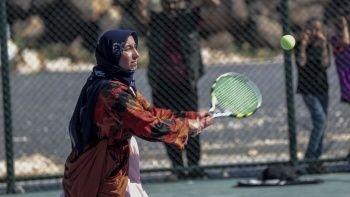 Kızı için  tenis kortuna çıktı