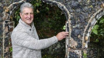 25 yıl sonra evinin bahçesinde diş ve kemikten yapılmış yapı buldu