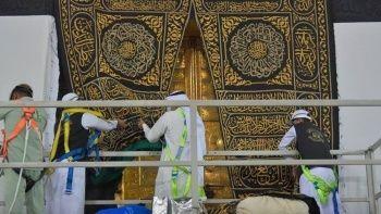 Mekke bayrama hazır: Kâbe'nin örtüsü değiştirildi