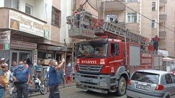 Balkonu temizlerken yan binanın üzerine düştü