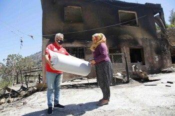 Ünlüler 'yangın desteği'nde yarıştı: Kimi koli sırtladı kimi yardım dağıttı...