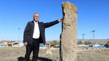 5 asırlık mezar insan boyunu aşıyor
