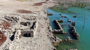 Saklı köy yıllar sonra sular çekilince ortaya çıktı
