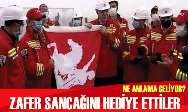 Cumhurbaşkanı Erdoğan'a zafer sancağı hediyesi