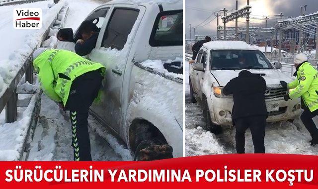 Yolda kalan sürücülerin yardımına polisler koştu
