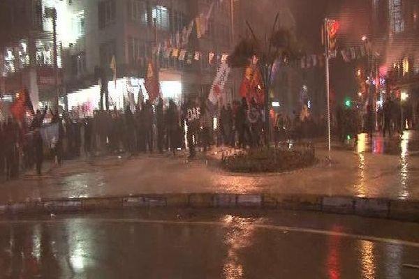 Kadıköy'de protesto yürüyüşü, her yer gaz bulutu