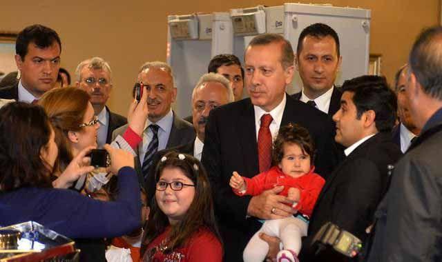 Başbakan Erdoğan polislere süpriz yaptı, davetliler ile fotoğraf çektirdi