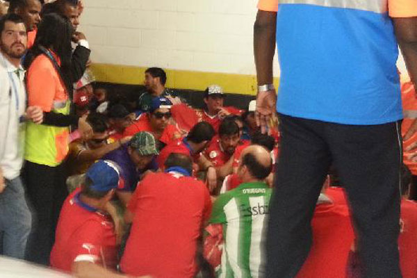 Şili'li tarftarlar stadı bastı