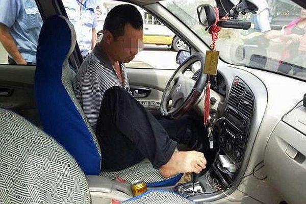 İki kolu olmadan araç kullandı, polisler şaşkına döndü