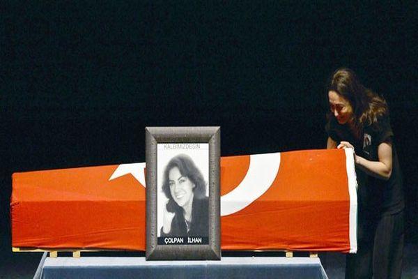 Usta sanatçı Çolpan İlhan, gözyaşlarıyla uğurlandı