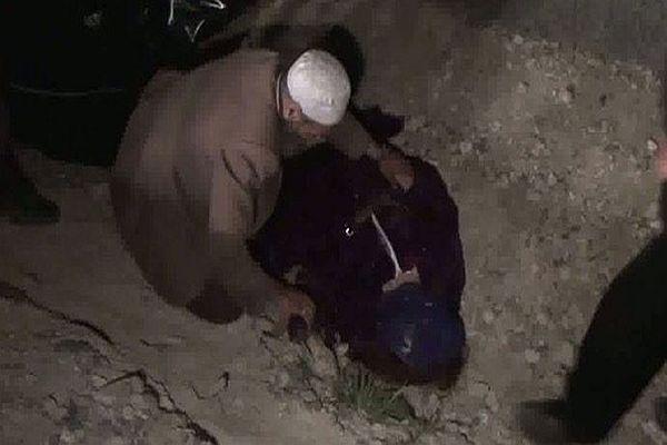 Gözü önünde ölen eşini son defa öptü
