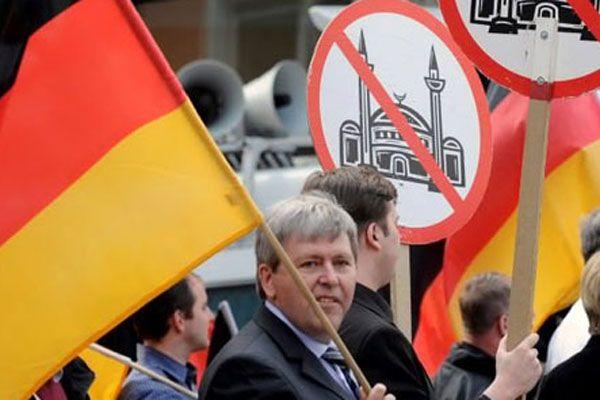 Almanya'da skandal, Cuma namazına gidenleri fişlemişler