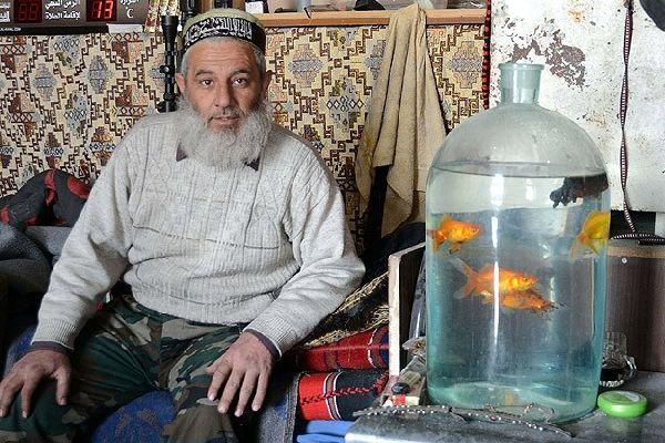 Sivil hayattan kopmamak için kavanozda balık besliyor