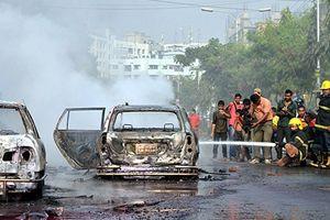 Bangladeş'te halk sokaklarda polisle çatışıyor