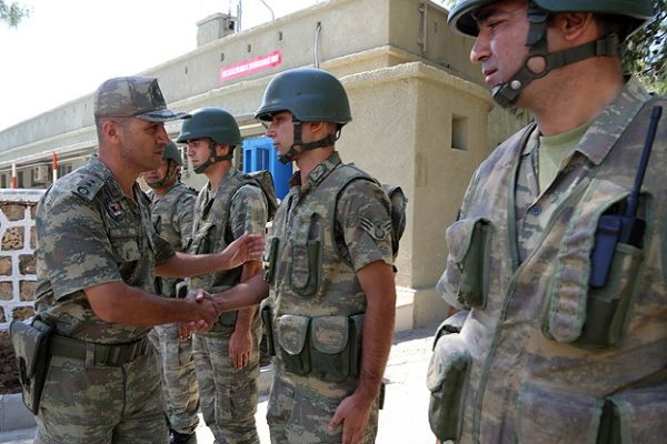 Suriye sınırında askerler bayramlaştı
