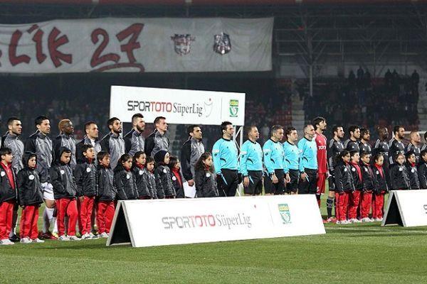 Futbolcular sahaya Suriyeli çocuklarla el ele çıktı