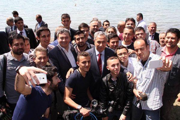 Bülent Arınç'tan gazetecilerle selfie pozu