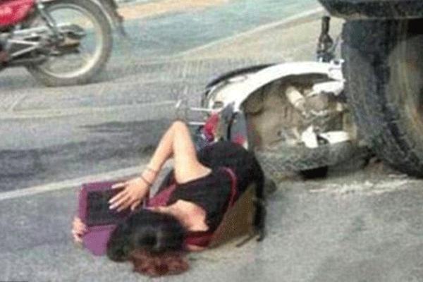 Çin'de inanılmaz olay, kaza geçiren öğrenci yerde yatarken ders çalıştı