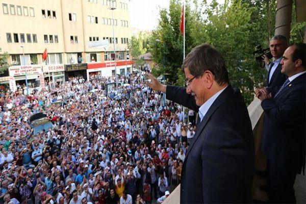 Dışişleri Bakanı Davutoğlu 'Başbakan' sloganlarıyla karşılandı