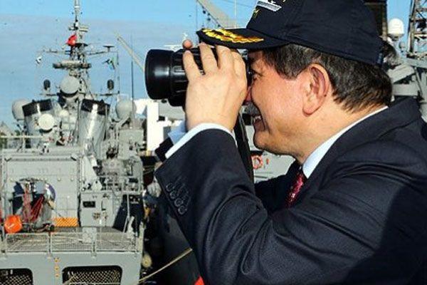 Ahmet Davutoğlu savaş gemisini ziyaret etti