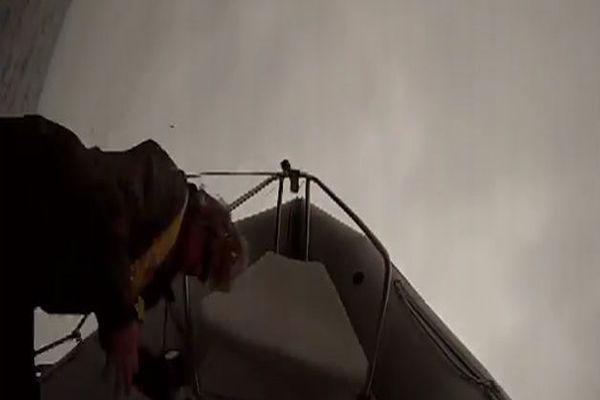 Dev balina tekneyi işte böyle alabora etti / İZLE
