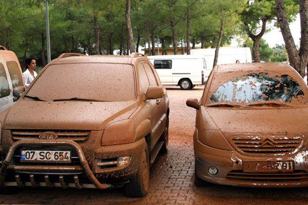 Doğalgaz borusu patladı, arabalar çamur içinde kaldı