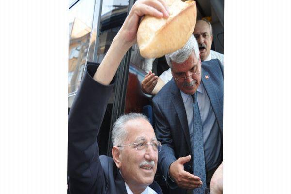 Ekmeleddin İhsanoğlu'na vatandaşlar tarafından '2 ekmek' verildi