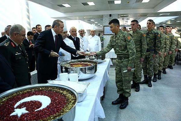 Cumhurbaşkanı Erdoğan Muhafız Alayı'na aşure dağıttı